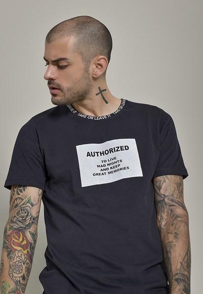 Camiseta Estampada com Detalhe na Gola